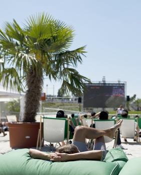Жизнь с пляжного лежака напоминает одну большую телепередачу. Фото Reuters