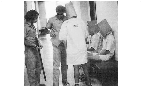 В 1971 году бумажный пакет на голове был знаком унижения, а не доблести. (Фото Philip Zimbardo / Stanford University).
